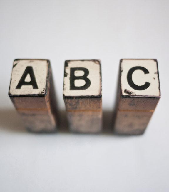 Buchstaben A, B und C auf Holzklötzen